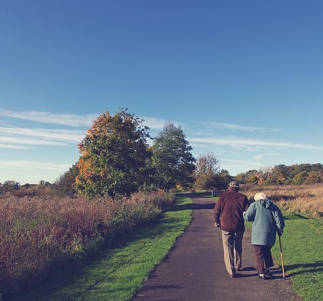 idosos passeando