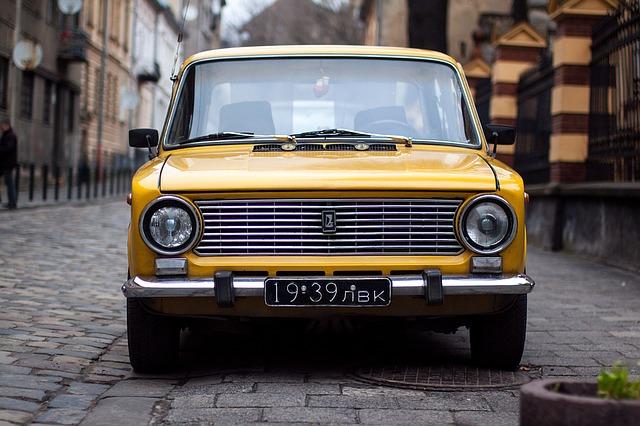 carro amarelo antigo