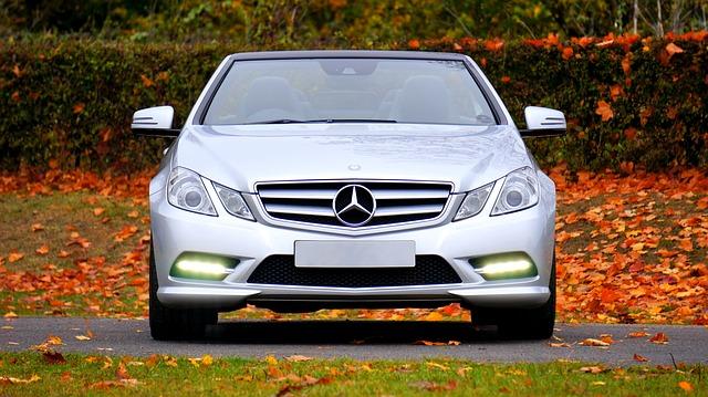carro com luz acesa